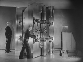 herbert-gehr-guards-closing-bank-vault-door-at-irving-trust-company