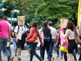 Sacolas na Cabeça1 Anti Status Quo Cia de Dança - foto de Luciana Lara